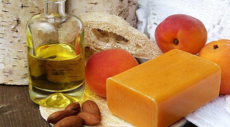 olio vettore per massaggio, in fotografia olio vegetale di albicocca