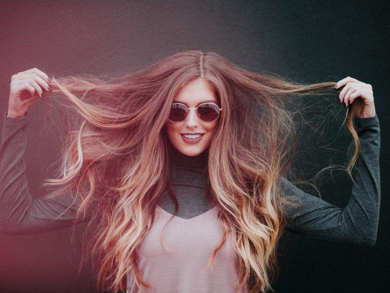 Shampoo all'uovo per capelli secchi, trasformarli come i capelli della ragazza in foto