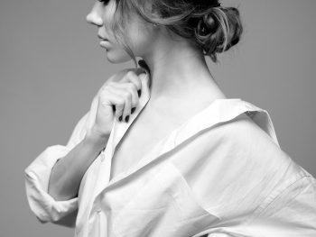Neve sui capelli di una ragazza, forfora rimedi naturali