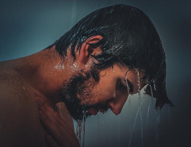 Oli essenziali contro la caduta dei capelli – come prevenire e curare la calvizie